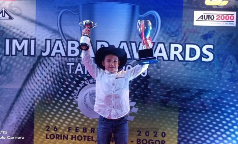 Rafael koboi Kamal dengan trofi dari apresiasi IMI Jabar Awards 2019 di hotel Lorin Sentul Bogor, Rabu malam kemarin.