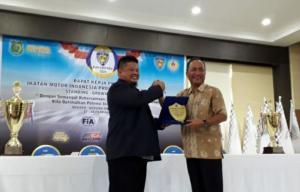 Augie Bunyamin memberi plakat penghargaan kepada H Apriyadi selaku Sekretaris Daerah Kabupaten Muba. (foto : fariz)