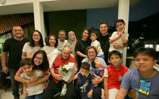 Keluarga Helmy Sungkar & Ria Sungkar lengkap dengan anak, menantu dan cucu pada wedding anniversary baru-baru ini. (foto : dok keluarga)