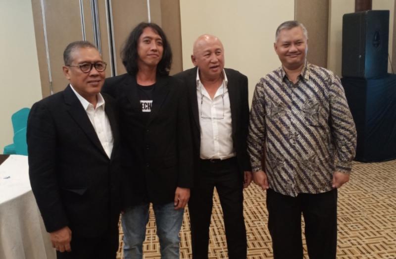 Eko Bambag bersama Setyawan (sponsor), H.Tinton Soeprapto dan Titus Wahyudi. (Foto : bs)