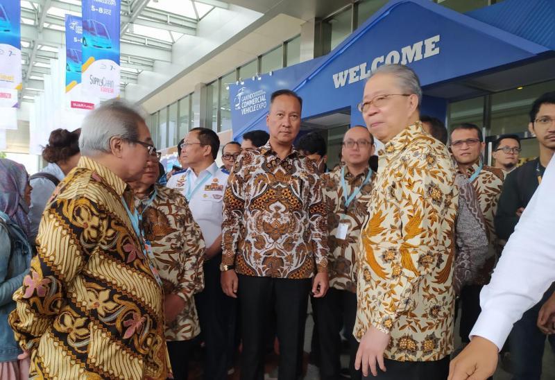 Agus Gumiwang Kartasasmita, Menteri Perindustrian RI (tengah), didampingi Petinggi GAIKINDO, berharap industri kendaraan komersial diharapkan kontribusinya untuk terus menyukseskan kebijakan-kebijakan pemerintah. (anto) ,