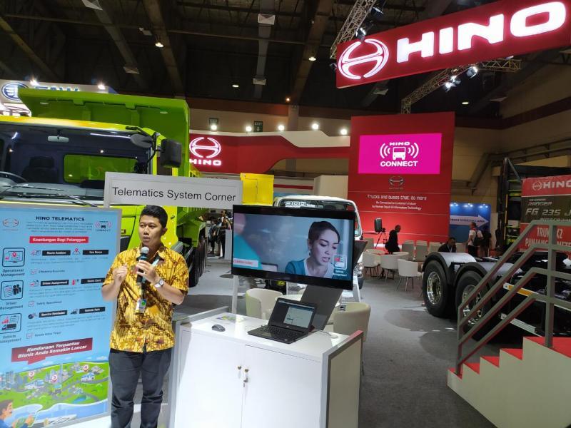 Manajemen HMSI mempresentasikan detail Hino Connect, sistem telematic terbaru untuk mudahkan pelanggannya. (anto)