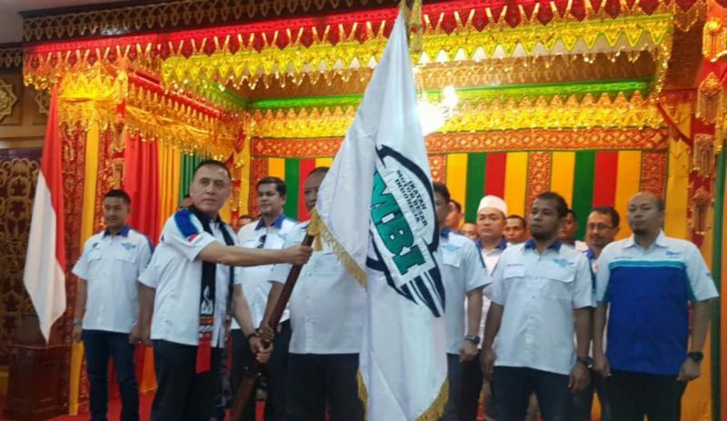 Ketua IMBI Aceh menerima pataka dari Ketum IMBI Pusat Komjen Pol M Iriawan