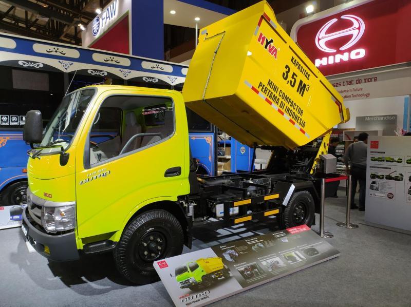 Hino Dutro Mini Truk compactor ini merupakan yang pertama di Indonesia. Tampil di GIICOMVEC 2020 dengan desain bak tertutup memungkinkan pengangkutan sampah yang bebas bau.(anto)