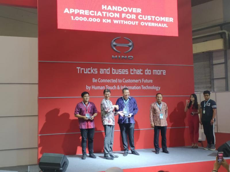 PT. Hino Motors Sales Indonesia (HMSI) memberikan apresiasi kepada Perusahaan Otobus (PO) Kramat Djati, PO Sinar Jaya dan PO Harapan Jaya di ajang GIICOMVEC di JCC Senayan, Jakarta Pusat (8/3/2020). (anto)