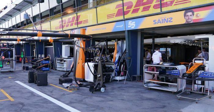 Markas McLaren di paddock Sirkuit Albert Park mulai dikosongkan. (Foto: racefans)