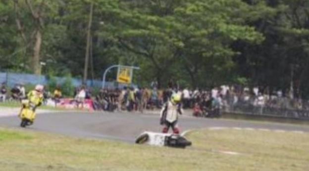Erwin Mancha saat alami insiden slip ban pada balapan Vespa di sirkuit gokart Sentul Bogor pekan lalu
