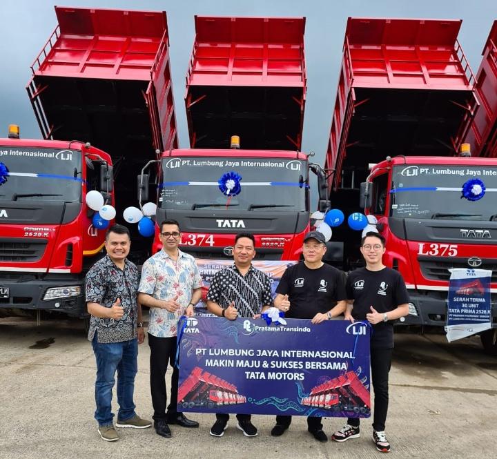 Sebanyak 30 unit truk Tata Prima seri 2528 diserahkan dealer TMDI Bandung kepada PT Lumbung Jaya Internasional (LJI) sebagai konsumennya. (istimewa).