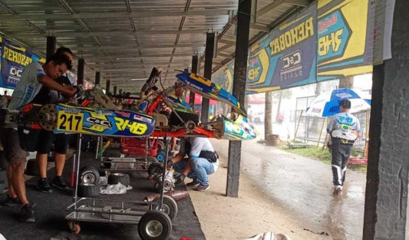 Meski hujan, mekanik tetap menyiapkan gokart terutama untuk raceday hari Minggu besok