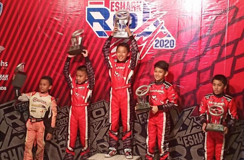 Aditya Wibowo (tengah) mengangkat piala sebagai juara 1 kelas Mini, Eshark Rok Cup 2020. (foto : bs)