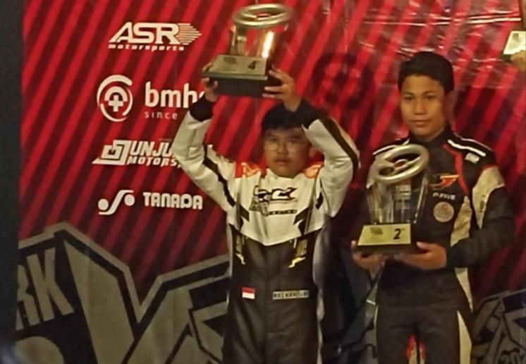 Daffa AB (kanan) sebagai juara 2 dan Kaenan Rito Sini juara 4 Junior Eshark Rok Cup 2020. (Foto : bs)