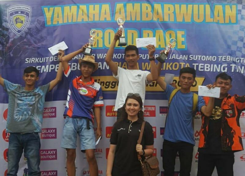 Silvani berfoto bersama para jawara putaran pertama di Tebingtinggi. (foto : aci)