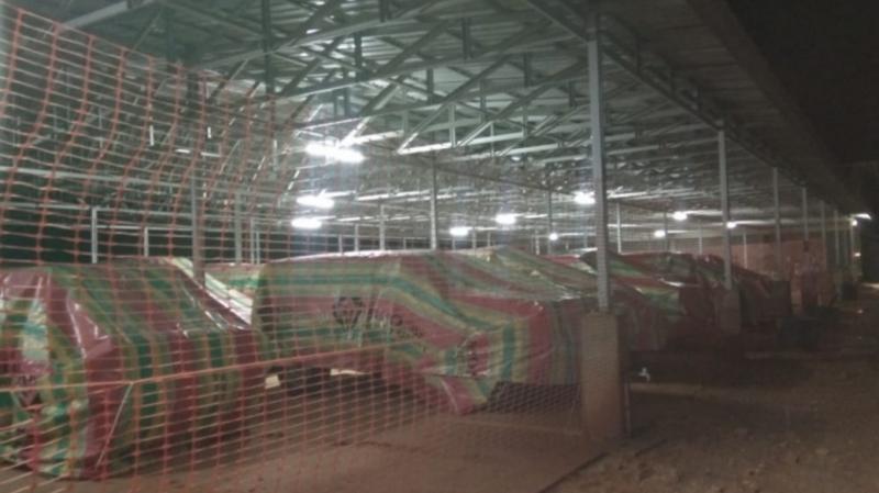 Semua mobil dikerudungin di paddock permanen sirkuit Swarnadwipa Nusantara Muara Bungo. (foto : memen)