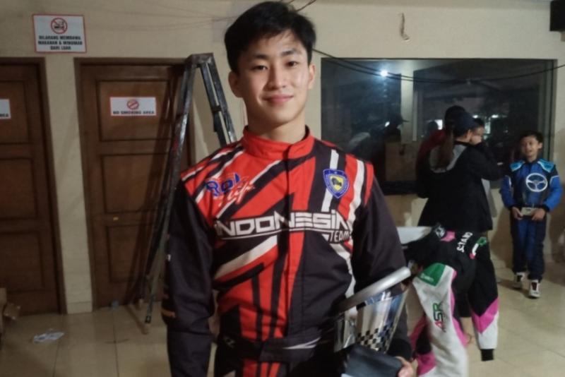 Keanon Santoso mengibarkan bendera TKM Racing di ajang Kejurnas Eshark Rok Cup 2020. (Foto : bs)