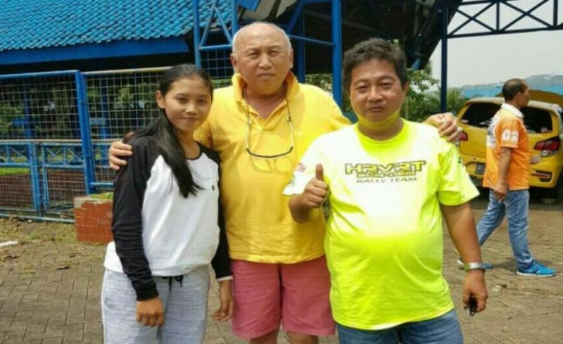 Hendra Rahardja (kanan) bersama H.Tinton Soeprapto dan putrinya peslalom Dina Pricillia