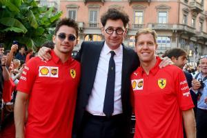 Sebastian Vettel(kiri)  bersama Mattia Binotto dan Charles Leclerc - dua figur penentu kursinya di Ferrari 2021. (Foto: scuderiaferrari)