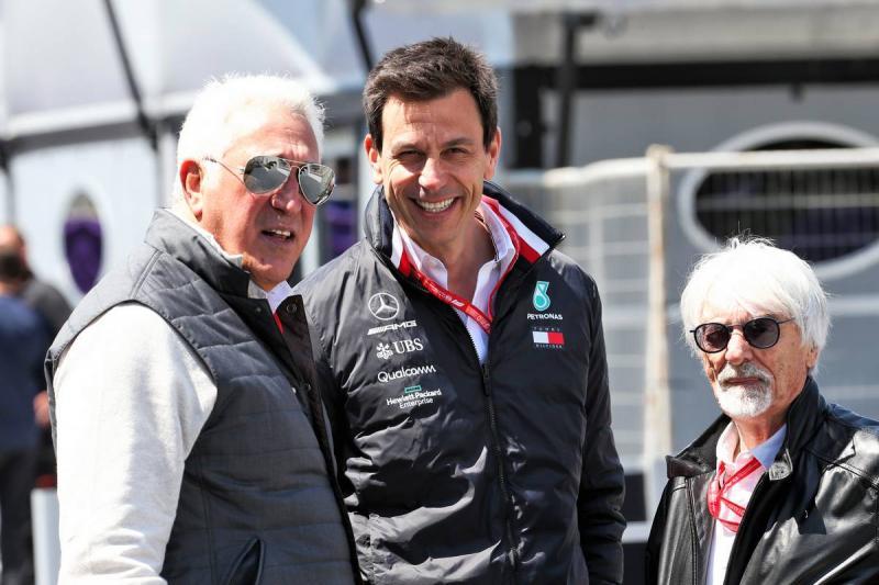 Toto Wolff (tengah) diapit Bernie Ecclestone (kiri) dan Lawrence Stroll. (Foto: f1)