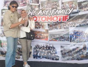 F16 Willy Dreeskandar dan Dewi Rachel dalam sebuah acara Tabloid Otomotif, almamater mereka. Suami rasa teman.(foto : fb dewi rachel)