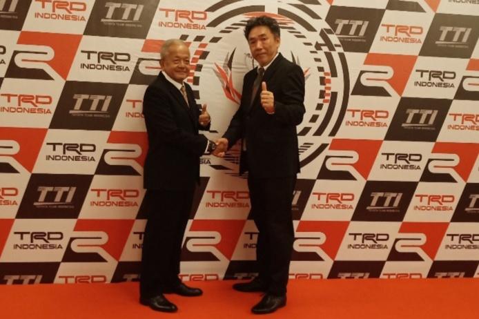 Toshio Obara dan Memet Djumhana selaku Direktur Toyota Team Indonesia. (foto : bs)