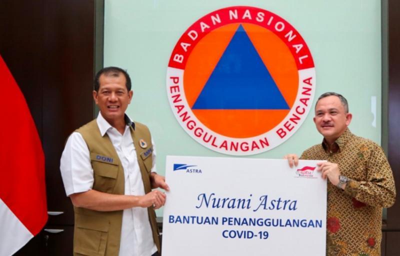 Ketua BNPB Letjen TNI Doni Monardo menerima bantuan secara simbolis Riza Deliansyah selaku Deputy Chief of Corporate Affairs Astra.