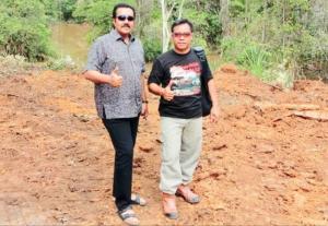 Memen Harianto (kanan) dan H.Jimmy Syamsudin, sukses ngeracunin PakBos ikutan balap speed offroad. (Foto : ist)