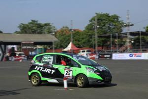 Aksi peslalom nasional asal Batam, Ildo di ajang Kejurnas Slalom Auto Gymkhana. (foto : hf)