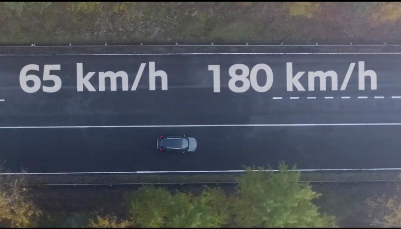 Fitur cerdas bekerja saat mobil sedang melaju pada kecepatan.