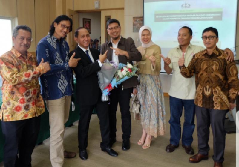 Willy (kedua dari kiri) dan H. Hari Bukhari (kedua dari kanan), di acara wisuda Doktor salah satu teman SMA, awal Februari lalu. (Foto : ist)