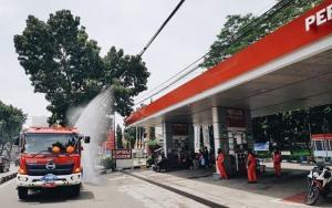 Kali ini giliran Stasiun Pengisian Bahan bakar Umum (SPBU) COCO 21.302.04 Plaju yang mendapat giliran disemprot cairan disinfektan. (pertaminafuels).