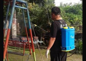Emejing, Salah Satu Member STICK Meracik Cairan Desinfektan dan Lakukan Pemyemprotan Sendiri
