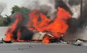 Mobil Nissan GTR yang dikendarai Wakil Jaksa Agung Dr Arminsyah menabrak tembok pembatas tol Jagorawi dan terbakar. (Foto : screen shoot video)