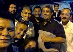 Dari kiri Tomi Hadi, Dedy dan Dr Arminsyah (ketiga dari kanan), kenangan saat di paddock Gazpoll Racing Team sirkuit Sentul. (Foto : ist)