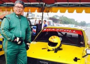 Dr Arminsyah saat mengikuti balap kelas retro dengan Toyota Corolla DX andalannya. (Foto : gazpoll rt)