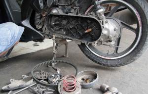 Berikut Beberapa Penyebab Gredeg-Gredeg Motor Matik Beserta Solusinya