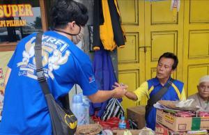 Anggota YRFI Cianjur membagikan masker dan sanitizer kepada kalangan yang membutuhkan.