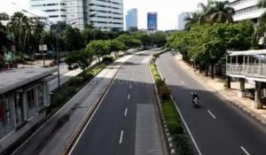 Jalan Sudirman Jakarta tampak lengang karena himbauan stay at home untuk cegah penyebaran Covid 19. (foto : ist)