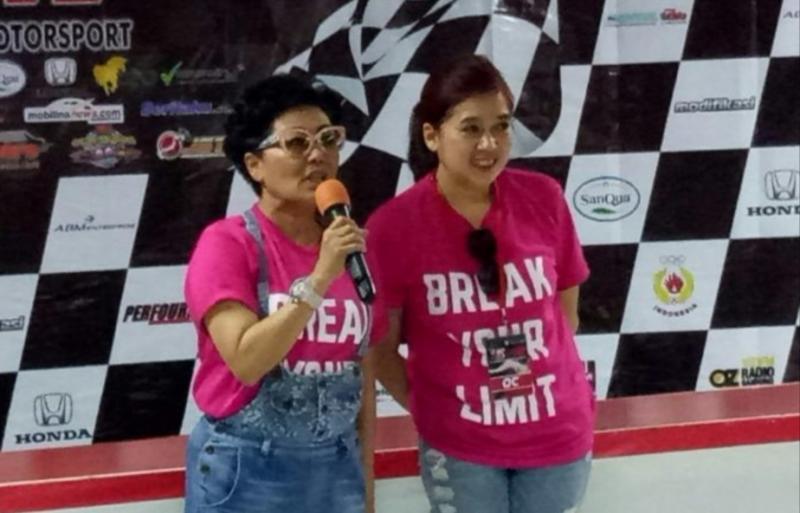 Lola Moenek (kiri) dan Vivi Montolalu (ABM Enterprise), duet penyelenggara balap mobil ISSOM di sirkuit Sentul. (foto : bs)