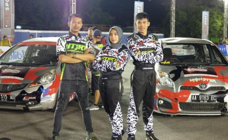 Adrian Septianto (kanan) bersama AS Dewi dan Venom, tiga peslalom tetap setia bersama HTJRT sejak 2012. (foto : htjrt)