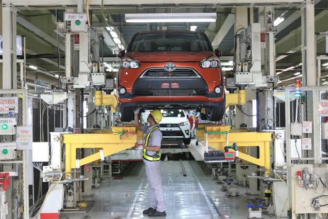 Produksi mobil Toyota di salah satu pabriknya wilayah Jawa Barat.