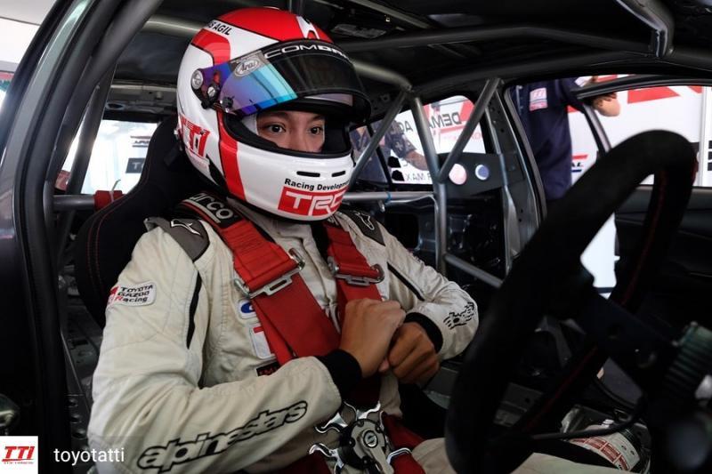Demas Agil, pembalap Toyota Team Indonesia isi waktu di rumah dengan bermain game. (Foto:TTI)