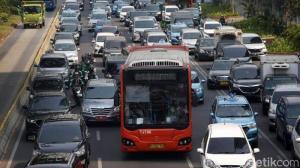 Anies juga akan membatasi operasional transportasi umum di Jakarta. Mulai jumlah penumpang hingga jam operasional. (foto: detik.com).