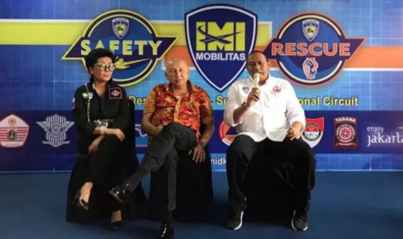 Anondo Eko (kanan) bersama H.Tinton Soeprapto dan Lola Moenek pada pengenalan Safety, IMI Mobilitas & Rescue di sirkuit Sentul.
