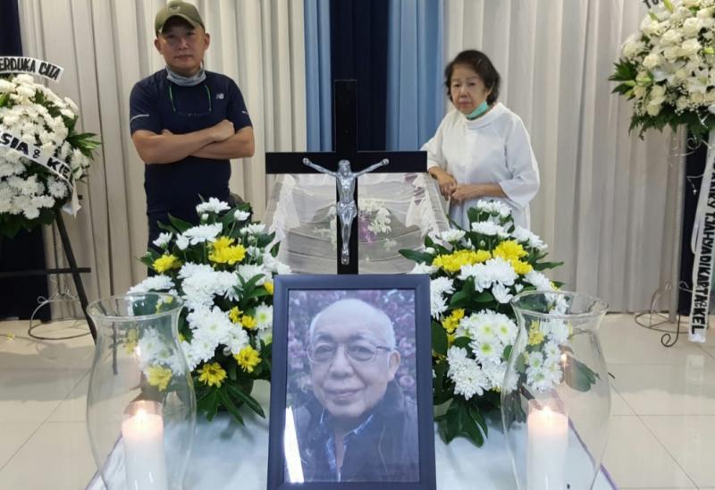 Jimmy Lukita di belakang peti Eddy Lukita sesaat sebelum dibawa ke krematorium di Tangerang