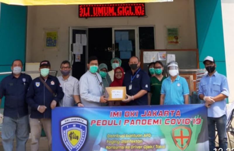 Ketua IMI DKI Anondo Eko (tengah) memberikan bantuan APD dan Google Masks ke sebuah Puskesmas di Jakarta Selatan.