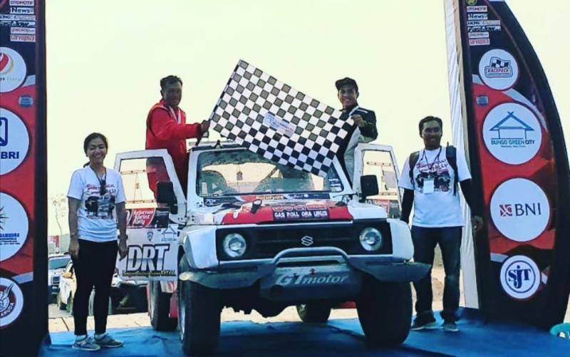 Pontius Sugiharto dan Robby Saputra, finish dan naik podium di sprint rally Muara Bungo, Jambi, 2019. (foto2: ist)