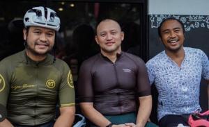 Ananda Mikola (tengah) diapit Bagoes Hermanto dan Haridarma Manoppo, seangkatan sebagai pembalap mengisi waktu dengan gowes bersama