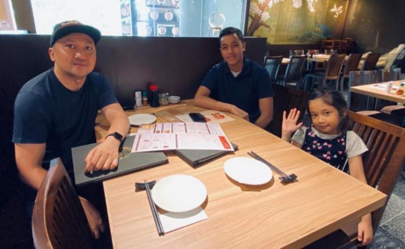 Kebersamaan Alvin Bahar (kiri), Avila dan Alisha saat di Singapura belum lama ini. (foto : ist)