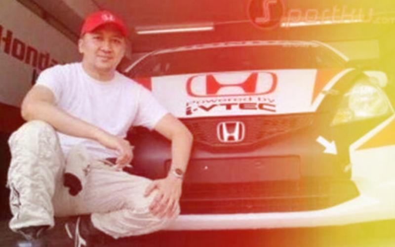 Alvin Bahar mengisi vakum balapan karena covid-19 dengan mencuci mobil sendiri. (foto  : sportku))