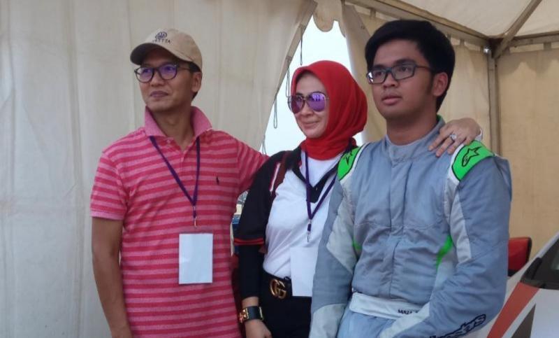Ari Utama (kiri), bersama sang istri dan Mirza Putra Utama. Tunggu sampai situasi aman dari covid19