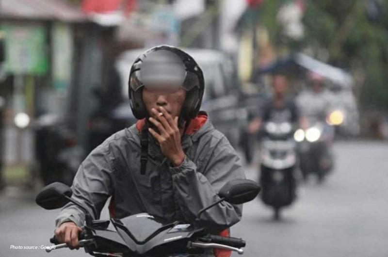 Hati-hati! Masih Ngeyel Berkendara Sembari Merokok, Bikers Akan Dijerat Pasal 283